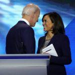 El exvicepresidente Joe Biden habla con la senadora Kamala Harris después del final del debate presidencial demócrata de Estados Unidos en Houston, Texas, Estados Unidos.  REUTERS/Mike Blake