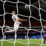 Robert Lewandowski del Bayern Munich marca su sexto gol, en la goleada 8-al Barcelona-  Manu Fernandez/ REUTERS -