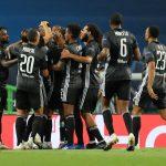 Moussa Dembélé celebra con sus compañeros del Lyon tras anotar un gol ante el Manchester City por los cuartos de final de la Champions League.. Estadio Jose Alvalade, Lisboa, Portugal.  Miguel A. Lopes/ REUTERS