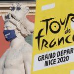 Cartel publicitario del Tour de Francia junto a una estatua con mascarilla en Niza, Francia. 27 agosto 2020. REUTERS/Eric Gaillard