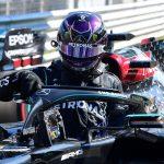 El piloto británico Lewis Hamiltn sale de su Mercedes tras lograr la pole position en el circuito italiano de Monza. 5 de septiembre de 2020. REUTERS/Jennifer Lorenzini
