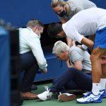 El tenista Novak Djokovic y un oficial del torneo observan a una jueza de línea que recibió un golpe con una pelota de parte del serbio, durante el partido con el español Pablo Carreño Busta en el Abierto de EEUU, en Flushing Meadows, Nueva York, EEUU. Septiembre 6, 2020. Foto Danielle Parhizkaran-USA TODAY Sports