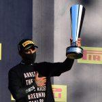 El piloto británico Lewis Hamilton de Mercedes celebra con el trofeo en el podio luego de ganar el Gran Premio de Toscana de la Fórmula Uno en el circuito de Mugello, Scarperia e San Piero, Italia. 13 de septiembre, 2020. Pool via REUTERS/Jennifer Lorenzini