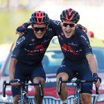 Los ciclistas del equipo INEOS Grenadiers Michal Kwiatkowski y Richard Carapaz celebran al cruzar la línea de meta en la etapa 18 del Tour de Francia. REUTERS/Stephane Mahe/Pool