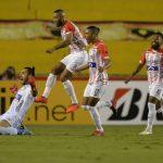 Sebastián Viera celebra gol de tiro libre en el triunfo 1-2 de Junior ante Barcelona