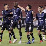 Beder Caicedo, de Independiente del Valle, celebra su quinto gol con sus compañeros de equipo. Pool vIa REUTERS/Franklin Jacome -