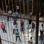 Varias personas esperan para someterse al test de la COVID-19 en Nueva Delhi, India. REUTERS/Anushree Fadnavis