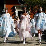 Modelos presentando las creaciones de Bora Aksu durante su exhibición en la Semana de la Moda de Londres. Septiembre 18, 2020. REUTERS/Henry Nicholls