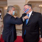 El presidente colombiano, Iván Duque, y el secretario de Estado de Estados Unidos, Mike Pompeo, se saludan de codo antes de una reunión en Bogotá, Colombia, 19 de septiembre, 2020. Cortesía de la Presidencia Colombiana / vía REUTERS