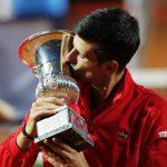 El serbio Novak Djokovic besa su trofeo después de la final contra el argentino Diego Schwartzman Pool via REUTERS/Clive BrunskillTennis - ATP Masters 1000