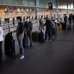 Pasajeros utilizando mascarillas hacen fila para realizar el check-in en el aeropuerto El Dorado, después de que el Gobierno colombiano autorizó la reactivación de los vuelos internacionales, en medio del brote de coronavirus en Bogotá. Septiembre 21, 2020. REUTERS/Luisa Gonzalez