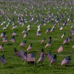 Banderas de EEUU fueron colocadas en el National Mall de Washington para rendir tributo a las 200 mil víctimas del coronavirus Fotos Agencia ANADOLU. (6)