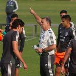 Gerardo Martino dando indicaciones en entrenamiento de selección México. Ciudad de México. REUTERS/Henry Romero