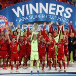 El arquero del Bayern Munich, Manuel Neuer, levanta el trofeo y celebra junto a sus compañeros tras ganar la Supercopa europea luego de vencer al Sevilla de España, en el Puskas Arena, en Budapest, Hungría. Pool via REUTERS/Bernadett Szabo