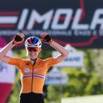 La ciclista holandesa Anna van der Breggen celebra la victoria en el Mundial de Ciclismo en carretera en el Autódromo Enzo e Dino Ferrari, Imola, Italia.REUTERS/Jennifer Lorenzini