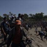 Cientos de migrantes en su mayoría hondureños intentan ingresar a México a principios de 2020. (Fabricio Alonzo - Agencia Anadolu)