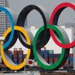 Los anillos olímpicos junto a una bandera de Japón en Odaiba Marine Park, Tokio REUTERS/Kim Kyung-Hoon