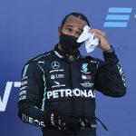 El piloto británico de Fórmula Uno Lewis Hamilton se seca el sudor en el podio tras terminar tercero en el Gran Premio de Rusia en el circuito de Sochi. Pool vía Reuters/Kirill Kudryavtsev