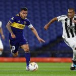Carlos Tévez de Boca Juniors en acción con Paulo da Silva del Libertad. Pool via REUTERS/Agustin Marcarian