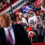 Adherentes toman fotos con sus teléfonos móviles al presidente de EEUU, Donald Trump, durante un mitin en Moon Township, Pensilvania, EEUU.REUTERS/Tom Brenner