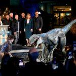 """Productores y ejecutivos de NBCUniversal posan junto al director Colin Trevorrow, los Bryce Dallas Howard y Chris Pratt y el velociraptor llamado Blue en el """"Jurassic World"""". REUTERS/Danny Moloshok"""