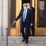 El presidente de los Estados Unidos, Donald Trump, sale por la puerta principal y baja las escaleras del centro médico militar Walter Reed después de un cuarto día de tratamiento por coronavirus. 5 de octubre de 2020.REUTERS/Jonathan Ernst