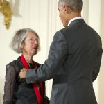 El expresidente de Estados Unidos Barack Obama entrega una medalla a Louise Glück, en Massachusetts. Foto Ron Sachs/CNP/ABACAPRESS.COM