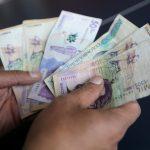 Un trabajador cuenta billetes de peso colombiano en una tienda en Bogotá.REUTERS/Luisa González