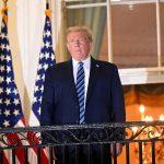 El presidente de Estados Unidos, Donald Trump, posa en el balcón Truman de la Casa Blanca después de quitarse la mascarilla facial protectora, al regresar a la Casa Blanca tras ser hospitalizado en el Centro Médico Walter Reed para el tratamiento de la enfermedad del coronavirus (COVID-19), en Washington, Estados Unidos, 5 de octubre de 2020. REUTERS/Erin Scott//