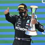 Lewis Hamilton, de Mercedes, celebra en el podio después de ganar la carrera. Pool via REUTERS/Ina Fassbender