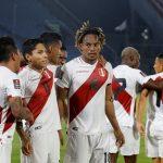 El peruano Andre Carrillo celebra su primer gol con sus compañeros REUTERS / Jorge Adorno