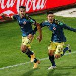 El colombiano Radamel Falcao celebra junto a James Rodríguez el segundo gol de Colombia en el empate 2-2 con Chile por las eliminatorias sudamericanas. Alberto Valdes/Pool via REUTERS