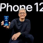 El presidente ejecutivo de Apple, Tim Cook, posa con el nuevo iPhone 12 Pro. Brooks Kraft/Apple Inc./vía REUTERS