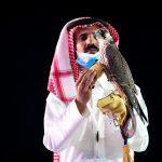 Un hombre saudí exhibe a un halcón que fue vendido por 650.000 riales (173.284 dólares) durante una subasta del Saudi Falcons Club en el Festival Rey Abdulaziz en Mulham, al norte de Riad, Arabia Saudita. Media Center Saudi Falcons Club Auction via REUTERS