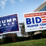 Carteles en respaldo a los candidatos a la presidencia de EEUU, Donald Trump y Joe Biden, en Fairfax, Virginia REUTERS/Al Drago