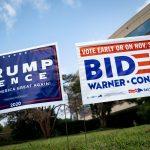 Carteles en respaldo a los candidatos a la presidencia de EEUU, Donald Trump y Joe Biden, en Fairfax, Virginia. REUTERS/Al Drago