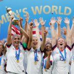 las integrantes de la selección femenina de fútbol de EEUU celebrando tras ganar el Mundial de Francia. REUTERS/Bernadett Szabo