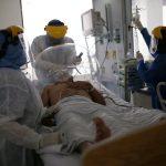 Un médico y enfermeras tratan a un paciente que sufre COVID-19 en la Unidad de Cuidados Intensivos (UCI) del hospital El Tunal de Bogotá, REUTERS/Luisa González