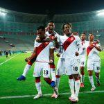 Renato Tapia celebra un gol con sus compañeros de la selección peruana en un partido ante Brasil por la eliminatoria a Qatar 2022. Apuy/Pool via REUTERS