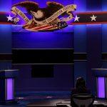 Momento en que el presidente Donald Trump y el candidato presidencial demócrata Joe Biden llegan al escenario para participar en el debate final-REUTERS