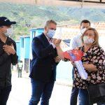 El presidente Iván Duque, acompañado por el ministro Jonathan Malagón, entrega a Ana Elvia Hoyos las llaves de su casa propia. Foto René Valenzuela (MVCT)