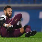 Neymar tras sufrir la lesión en un partido del PSG por Liga de Campeones. REUTERS/Ozan Kose