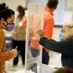 Una trabajadora electoral presenta los detalles de una votante a través de un separador plástico para protegerse del coronavirus en el último día de votación adelantada en persona para las elecciones presidenciales de Estados Unidos en Cornelius, Carolina del Norte, 31 de octubre de 2020. REUTERS/Jonathan Drake
