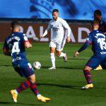 El jugador del Real Madrid Eden Hazard conduce el balón durante el partido de La Liga ante el SD Huesca en el Estadio Alfredo Di Stefano, Madrid, España. 31 octubre 2020. REUTERS/Javier Barbancho