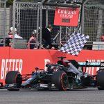 El piloto de Mercedes Lewis Hamilton cruza primero la meta en el Gran Premio de Emilia Romaña, disputado en el Autódromo Enzo e Dino Ferrari de Imola, Italia. 1 noviembre 2020. Pool vía Reuters/Miguel Medina