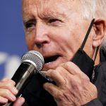 El candidato demócrata a la presidencia de Estados Unidos, Joe Biden, se retira parcialmente la mascarilla para hablar durante un acto de campaña en Filadelfia. Noviembre, 2020. REUTERS/Kevin Lamarque