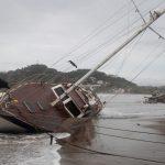 Un bote dañado yace en una playa de San Juan del Sur en Nicaragua tras una de las últimas tormentas en azotar el país en 2017. REUTERS/Oswaldo Rivas
