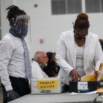 Una persona revisa las papeletas mientras se siguen contando los votos en el TCF Center el día después de las elecciones presidenciales de EEUU, en Detroit, Míchigan, EEUU. 4 de noviembre de 2020. REUTERS/Shannon Stapleton