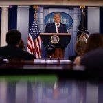 El presidente de Estados Unidos, Donald Trump, habla con reporteros sobre las elecciones presidenciales de 2020 en la Casa Blanca en Washington. EEUU, 5 de noviembre de 2020. REUTERS/Carlos Barria