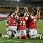 Jugadores de Independiente Santa Fe celebran triunfo ante Deportivo Independiente Medellín, en partido de la fecha 18 por la Liga BetPlay DIMAYOR 2020 en el estadio Nemesio Camacho El Campin Foto VizzorImage / Luis Ramirez / Staff.